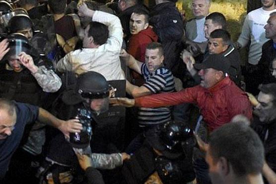 میسی ڈونیا کی پارلیمنٹ پرمشتعل افراد کا حملہ، متعدد ارکان زخمی