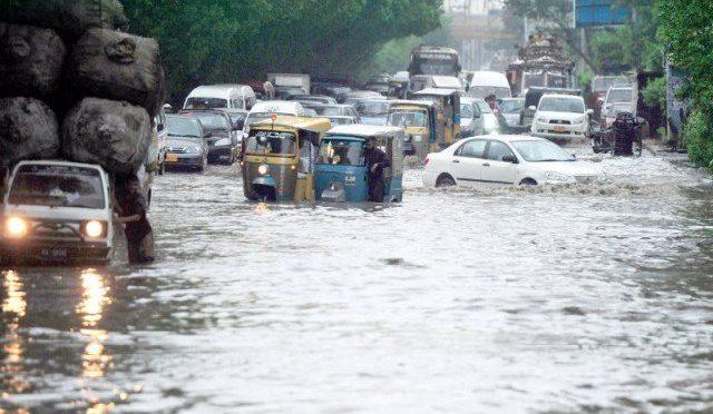 کراچی میں موسلا دھار بارش، 3 بچوں سمیت 11 افراد جاں بحق