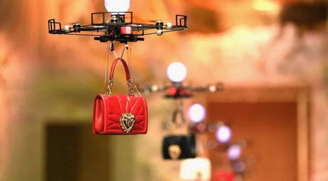 ڈرون ہیند بیگز کو لے اُڑے ، dolce and gabbana کی ڈرون بیگز سے ماڈلنگ