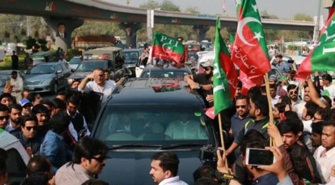 عمران خان کا لاہور میں تاریخی استقبال، لبرٹی میں کھلاڑیوں کے ساتھ سیلفیاں