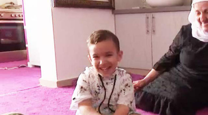 اسرائیلی بچہ اپنی زبان عربی کی بجائے فر فر انگلش بالنے لگا ، دیکھنے والے بھی دنگ رہ گئے