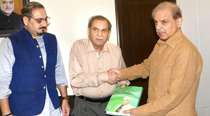 """""""سچا اور کھرا لیڈر""""انتخابی امیدواروں کے لیے مشعل راہ ہے،شہباز شریف چیف ایڈیٹر """"خبریں""""گروپ کی سابق وزیر اعلی سے ایڈیٹر امتنان شاہد کے ہمراہ ملاقات ،اپنی کتاب بھی پیش کی"""