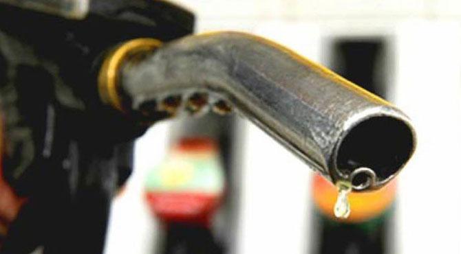 پیٹرول کی قیمت میں 2 روپے 41 پیسے فی لیٹر کمی