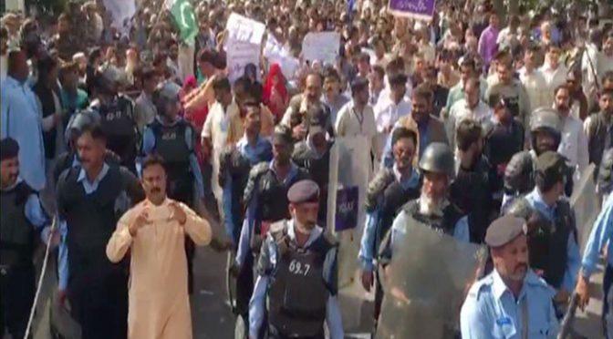 یوٹیلٹی اسٹورز ملازمین نے اسلام آباد کے ڈی چوک میں دھرنا دے دیا