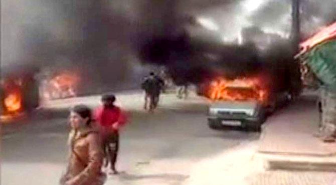 مقبوضہ کشمیر میں ہندو انتہا پسندوں کے حملے ، مسلمانوں کی درجنوں گاڑیاں جلا دیں ، 22 زخمی