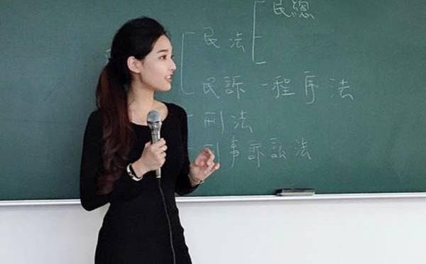 دنیا کی سب سے خوبصورت خاتون ٹیچر کی تصاویر نے انٹرنیٹ پر دھوم مچا دی