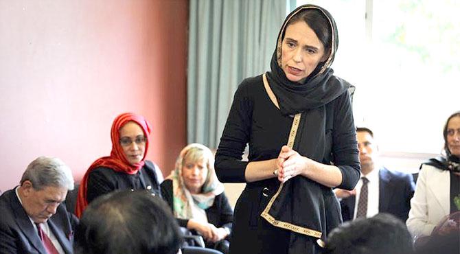 نیوزی لینڈ کی وزیراعظم نے سر پر ڈوپٹہ ، سیاہ لباس پہن کر مسلمانوں سے تعزیت کی