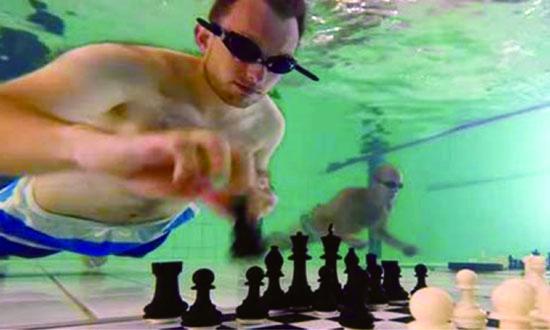 سوئمنگ پول میں سجھ گئی شطرنج کی چال