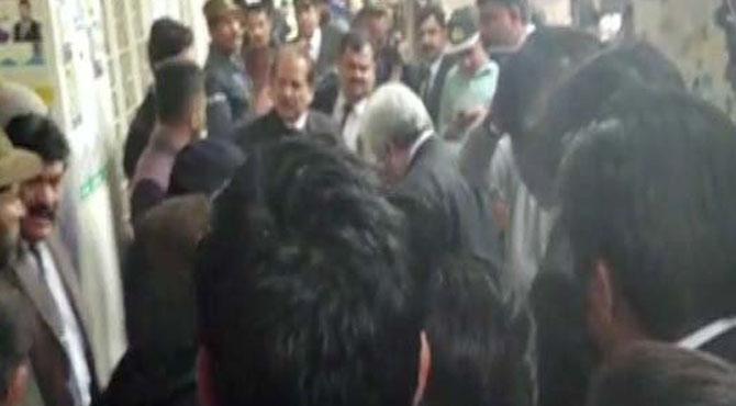 لاہور :سیشن عدالت میں فائرنگ ۔۔۔ ہر طرف افرا تفری پھیل گئی