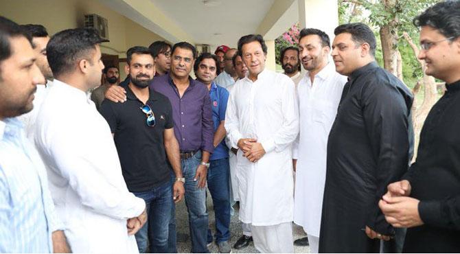 قومی کرکٹرز کی بنی گالا آمد،عمران خان نے ٹیم کو نمبر ون بنانے کا عزم ظاہر کردیا