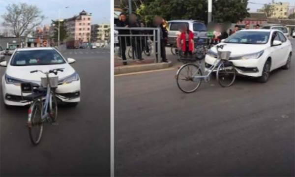 30 لاکھ مالیت کی گاڑی اور سائیکل میں ٹکر، گاڑی کی کیا حالت ہوئی اور سائیکل کا کیا بنا؟ دیکھ کر بھی آپ یقین نہیں کر پائیں گے