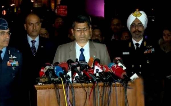 پاکستان امن کی بات کر رہا ہے اس پر آپ کیا کہیں گے؟ بھارت کی مسلح افواج کے نمائندے صحافیوں کے سوالوں کے جواب دینے میں مکمل طور پر ناکام ہوگئے