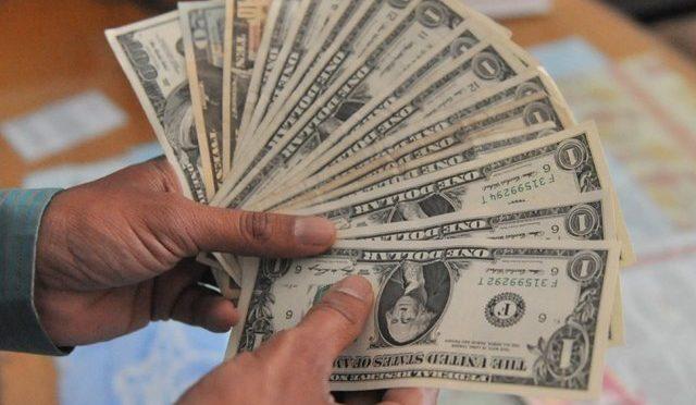 , ڈالر گھٹنوں کے بل بیٹھنے لگا ، سوشل میڈیا مہم کا جادو چل گیاڈالر 50 پیسے مزید سستا
