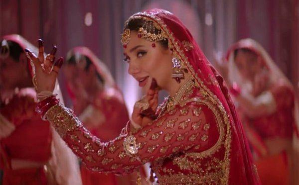 ماہرہ خان کو سرخ لباس نے چکرا کر رکھ دیا