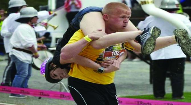 بیوی کو کندھے پر اُٹھا کر دوڑنے کا عالمی مقابلہ لیتھوینیا کے جوڑے نے جیت لیا