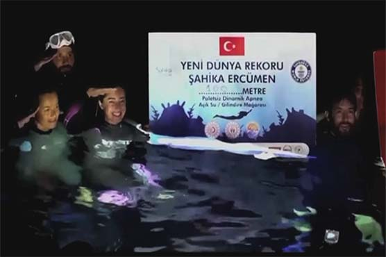 ترکی: برفیلے پانی میں 100 میٹر تک تیراکی کا ورلڈ ریکارڈ ساہیکا ارکومین نے اپنے نام کر لیا