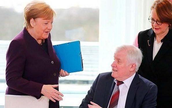 کورونا کا خوف؛ جرمن وزیر داخلہ کا انجیلا مرکل سے ہاتھ ملانے سے انکار