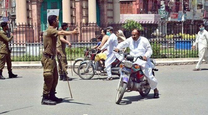 ایس او پیز کی خلاف ورزی پر پولیس کا شہریوں پر الیکٹرک شاک اسٹک کا استعمال