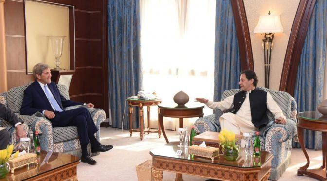 عمران خان سے جان کیری کی ملاقات' تعلقات بہتر کرنے پر اتفاق