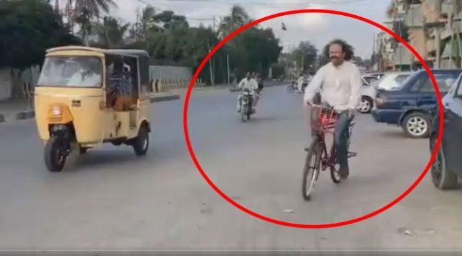 اداکار ایوب کھوسہ کا پیٹرول کی قیمتوں میں اضافے پر سائیکل چلا کر احتجاج