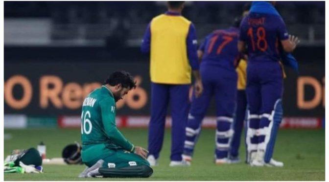پاک بھارت میچ کے دوران محمد رضوان کی نماز ادائیگی کی تصویر وائرل